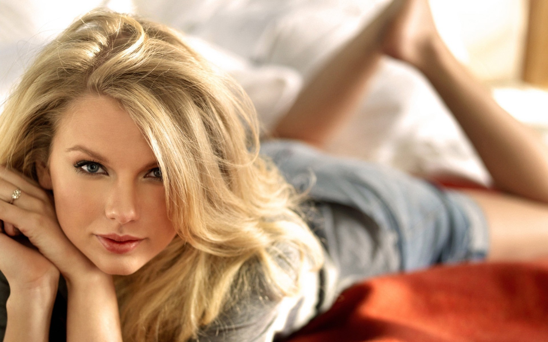 laying on bed Taylor-Swift-pictures